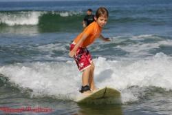 Les conditions idéales pour débuter: de petites vagues, peu de monde dans l'eau et un papa omniprésent pour assurer la sécurité de son enfant.