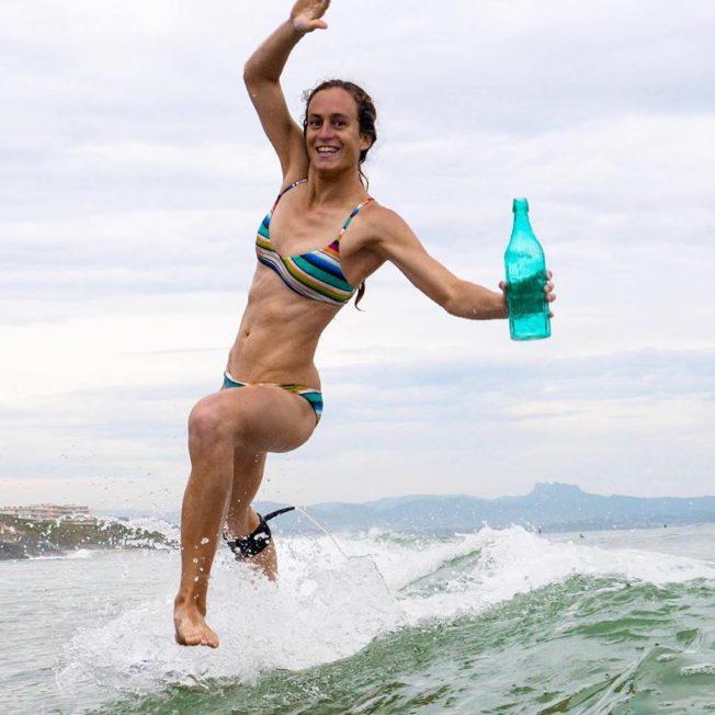 Des Surfeuses s'engagent pour le Retour des Bouteilles en Verre